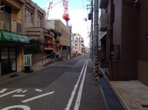 大通りから一本入りマンション方面へ撮影