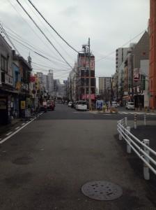 神戸駅から高架線沿いを西へ進む