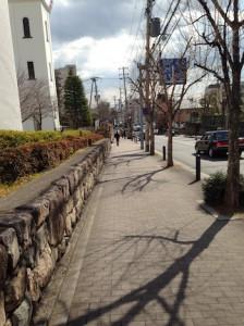 エヌヴィ六甲曾和町を北側歩道から撮影した図