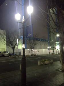 デザイン性の高い街灯と現地マンション