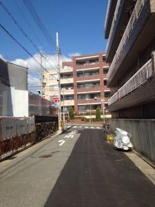 ヴィークコート神戸山本通南側の道路を東向で撮影(2016年3月 15時ごろ)