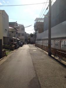 ヴィークコート神戸山本通南側の道路を西向で撮影(2016年3月 15時ごろ)