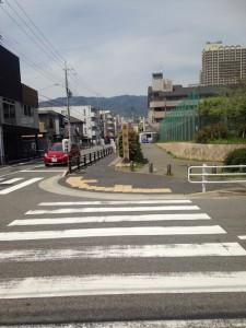 横断歩道を渡り北側へまっすぐ直進します。