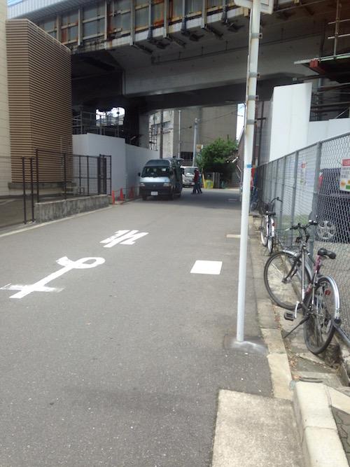 新幹線の高架下をくぐります。