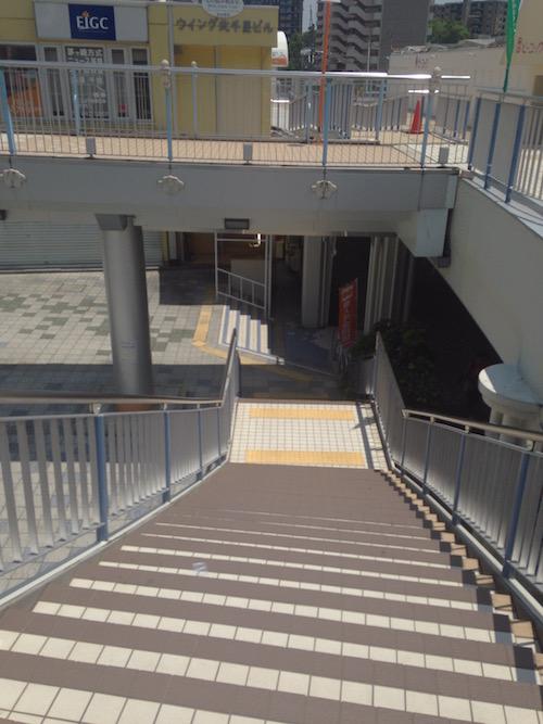 階段を降りると
