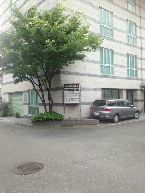 会社のビルのようだが、3階にラウンジ