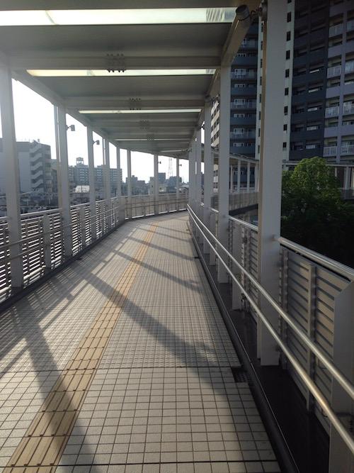 改札を降りて、歩道橋を渡ります。