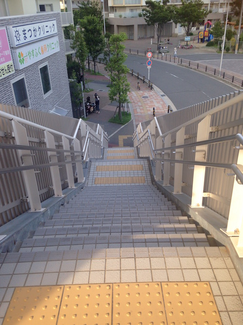階段の横にはクリニックが複数面しています。