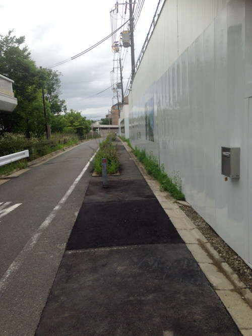 マンション前の道路(側道)