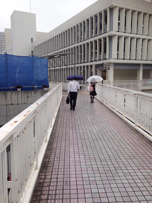 マンションに連絡する歩道橋