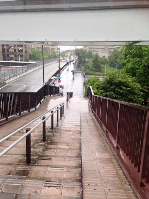 歩道橋を出て、マンション方面