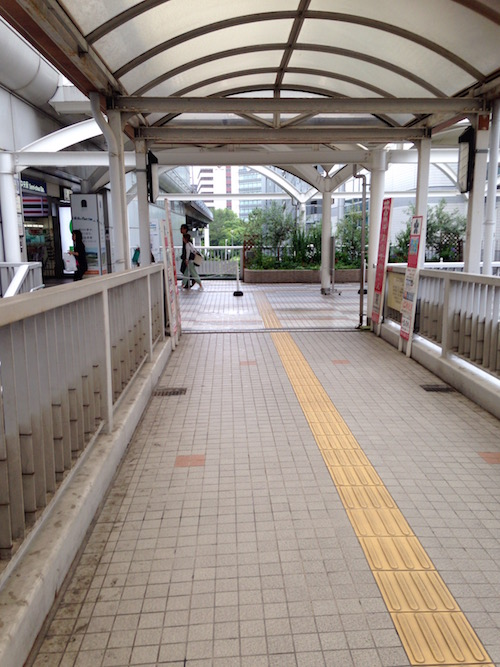 駅に直結している歩道橋