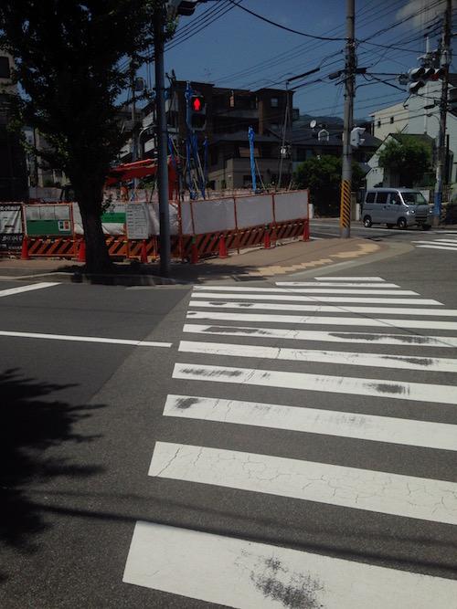 マンション前の横断歩道