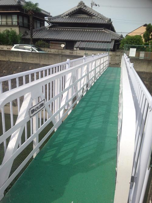 川の反対側へつながる簡易の橋