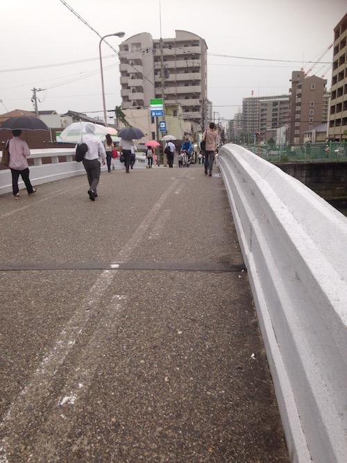 橋を越えるとコンビニがあります。