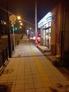 セブンイレブンの前の道路