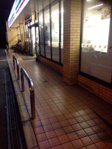 店舗の前にはちょっとした休憩スペースがある。
