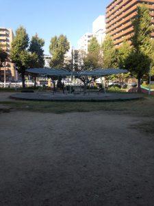 「野崎公園」中央の円形の藤棚。その周辺には変わったデザインのイス
