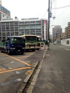 隣の駐車場には大型のトラックなどが駐車されている