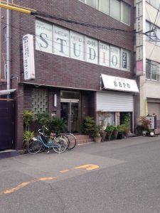 マンション隣の飲食店と撮影スタジオ