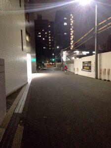 読売新聞大阪本社東館前_夜でも明るい