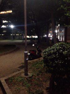 公園内に原付バイクが…