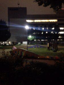 平日夜の野崎公園と奥に見えるのは読売新聞本社